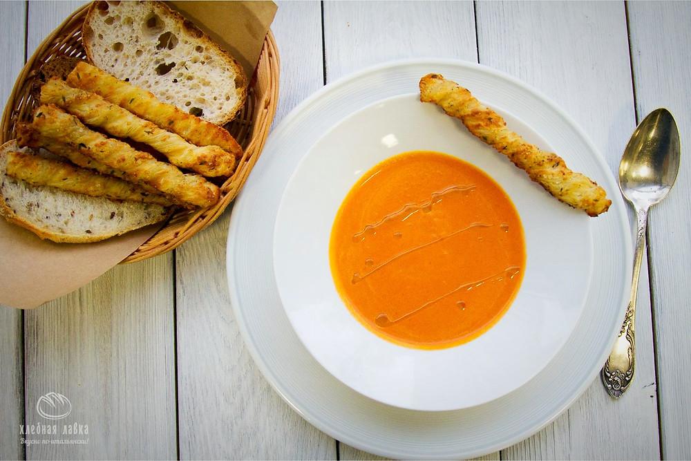Томатный суп с копченой паприкой и хлебными палочками с пармезаном