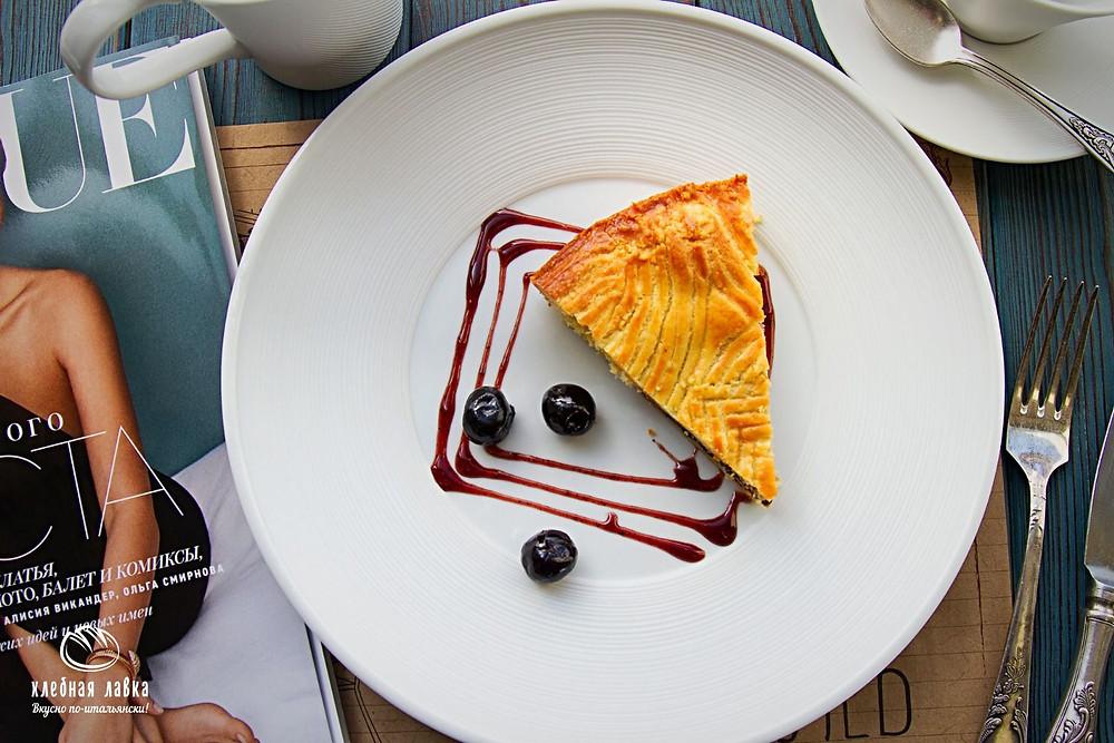 Баскский пирог с черной черешней
