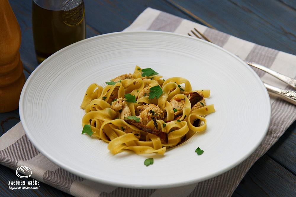 Паста Феттучине с белыми грибами, цыпленком и кедровыми орехами