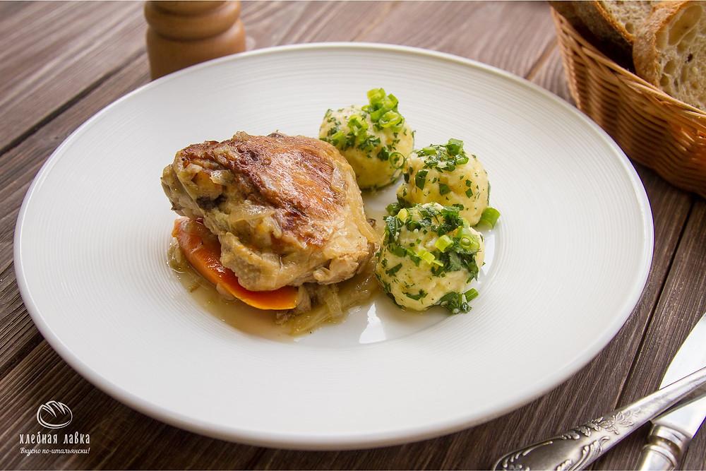 Цыпленок по-деревенски с белыми грибами и картофельными шариками