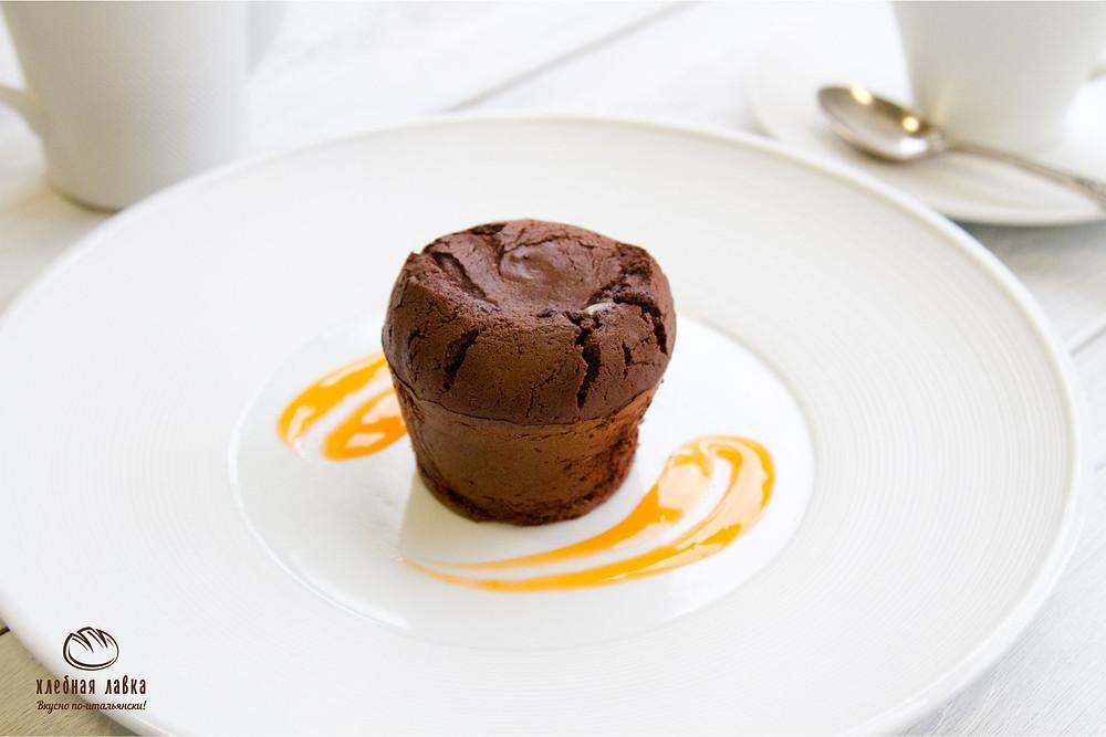 Шоколадный фондан с маракуйей и медом