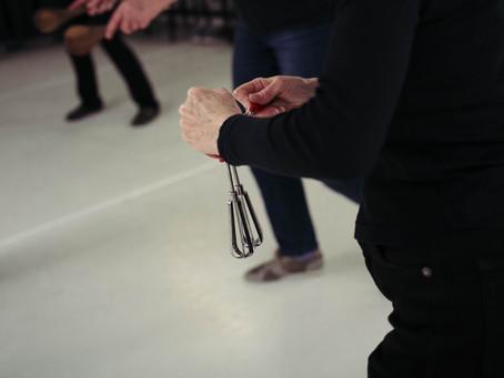 Twintig dansers, een choreograaf en twee muzikanten