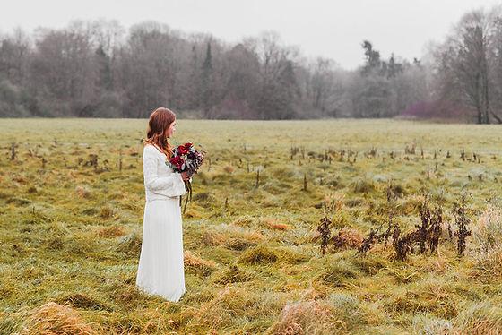 Winter Bride Shooting. Fotografiert von der grosse tag. Neblige Morgenstimmung, natürliche Brau. Gefühlvolle Brautinspiration.