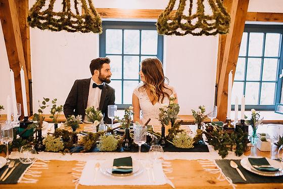 Dark Green Wedding. Winterhochzeit, schlicht, naturverbunden, elegant. Fotografiert von Anna-Maria Langer. Charmantes Farbkonzept für eure Hochzeit.