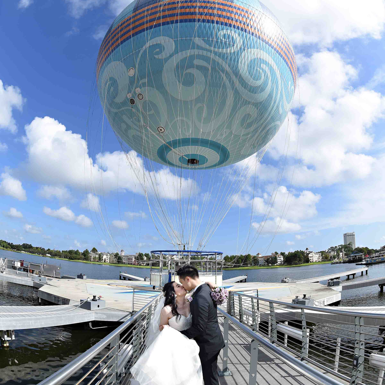 Kiss in front of the balloon