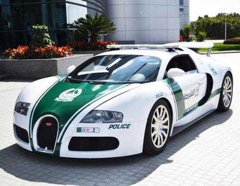 Полиция Дубай будет штрафовать за нанесение макияжа за рулем на 270$.