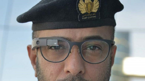 """Сотрудники таможни Дубая исспользуют """"умные"""" очки."""