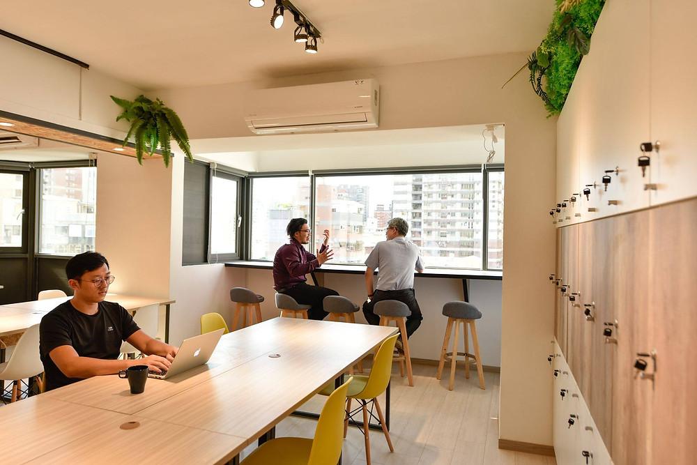 我會說Hour Jungle是Coworking Space 界的萵苣,因為台北、台中、台南都有分館,館內的空間設計和風格都是一致的舒適叢林風格,讓會員不管去到哪裡都可以在習慣的氛圍下工作。  台北生活、台北工作的人可能不覺得這是什麼優點,但對我們南部人而言,常常需要到台北短期出差,需要找地方待的時候,這種一致性就非常重要了