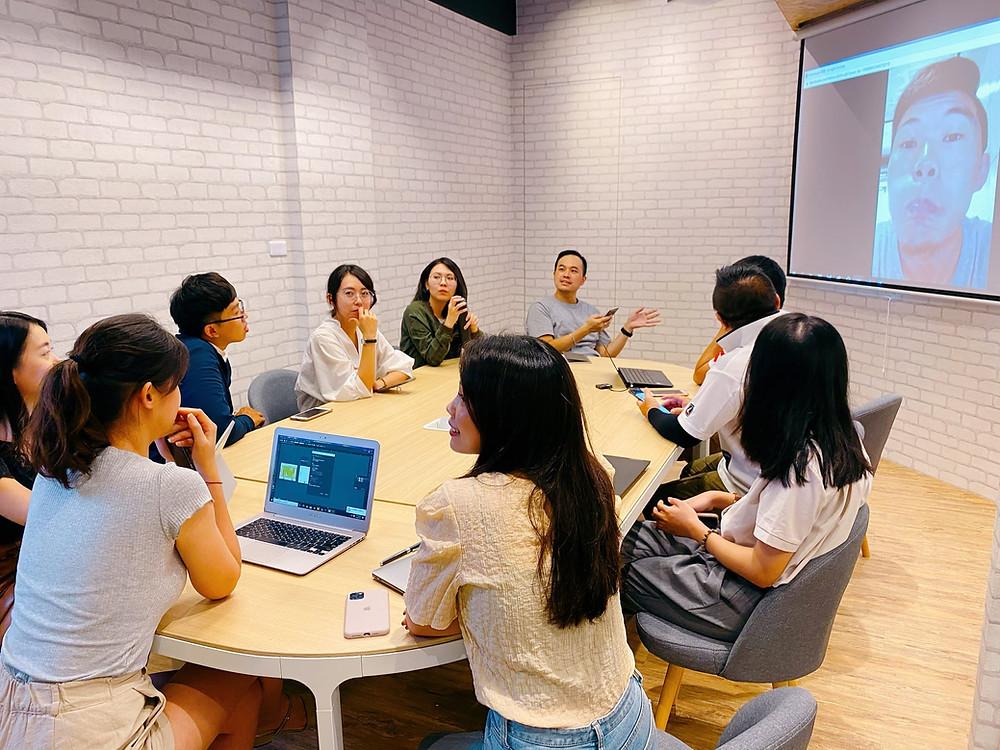 投影幕提供視訊會議是標準配備