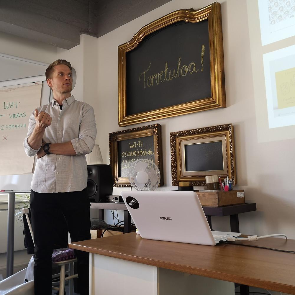 Heikki Laaninen luennoi License to Sell -valmennuksessa.
