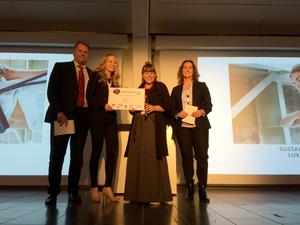 Tuomariston jäsen Harri Koponen (vas.), Lovian Anna Lehtola ja Outi Korpilaakso sekä tuomariston jäsen Emma Fau, Espanja