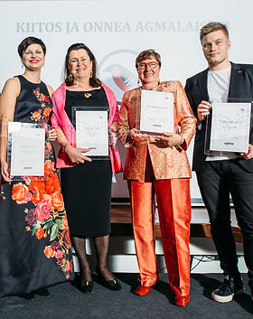 AGMAn 10-vuotisgaalassa palkittuja henkilöitä palkintoineen