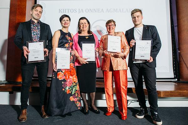 AGMAn 10-vuotisgaalassa palkittuja henkilöitä palkintoineen.