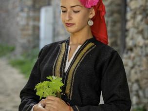 Женска празнична носия на млада невеста от Логодаж – Благоевградско от началото на 20 век