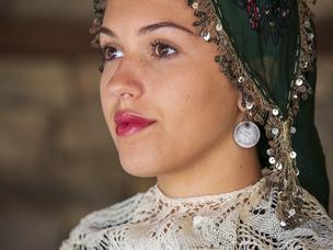 Празнична женска носия от района на Ихтиман в края на 19 и началото на 20 век