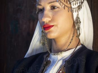 """Празничен женски костюм """"пресколник"""" от с. Зорница, Ямболски регион, началото на 20 век"""
