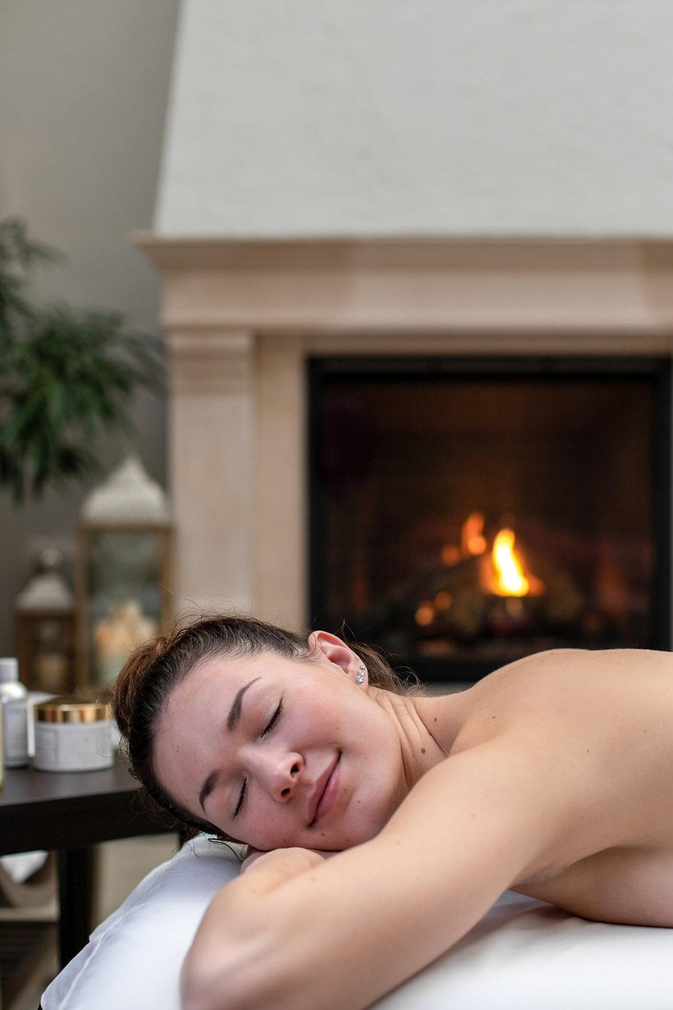 femalre prepariong for massage