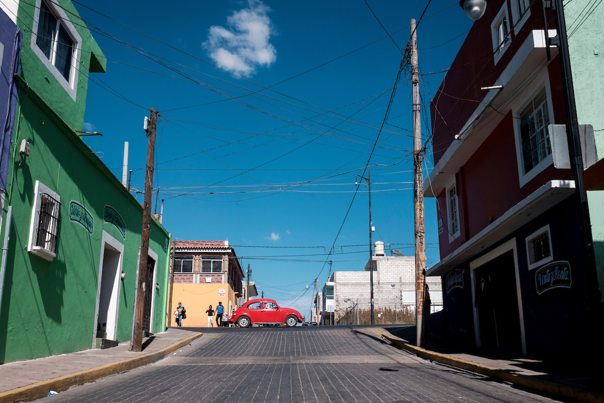 Vocho cruzando la calle | Ciudad de Puebla, Puebla