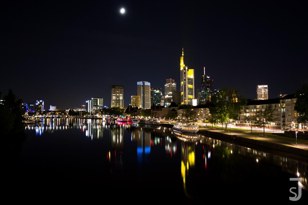Frankfurter Mainufer bei Nacht