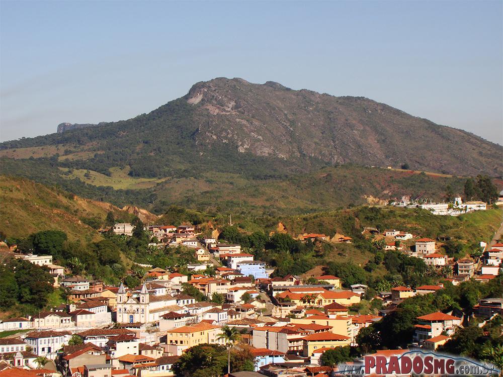 Cidade com a Serra ao fundo