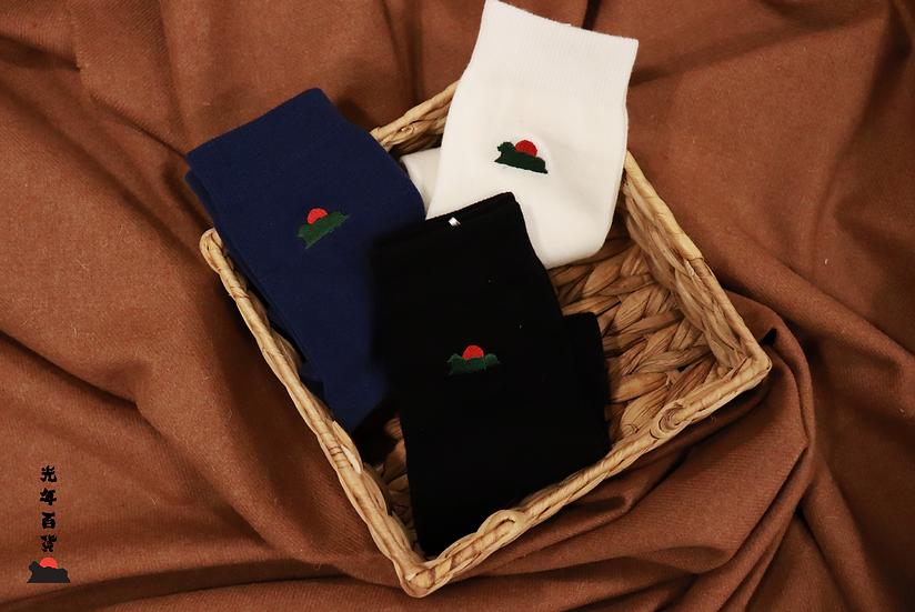 光年百貨 | 襪襪耕耘獅子山刺繡棉襪 (藍白黑三色)