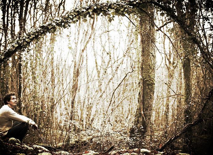 Photo de Baptiste assis en forêt
