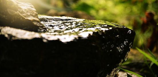 Photo de rocher avec de l'eau
