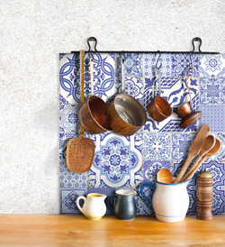 אריחים מעוטרים בכחול לבן למטבח