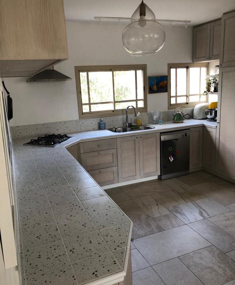 מבט על המטבח לאחר בצוע משטח מאריחים