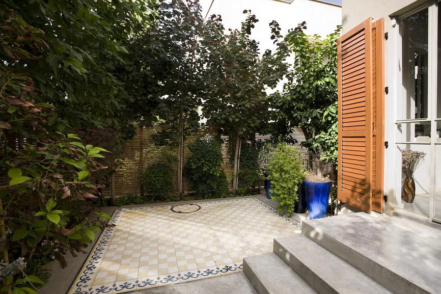 בלטות מצוירות בחצר בית