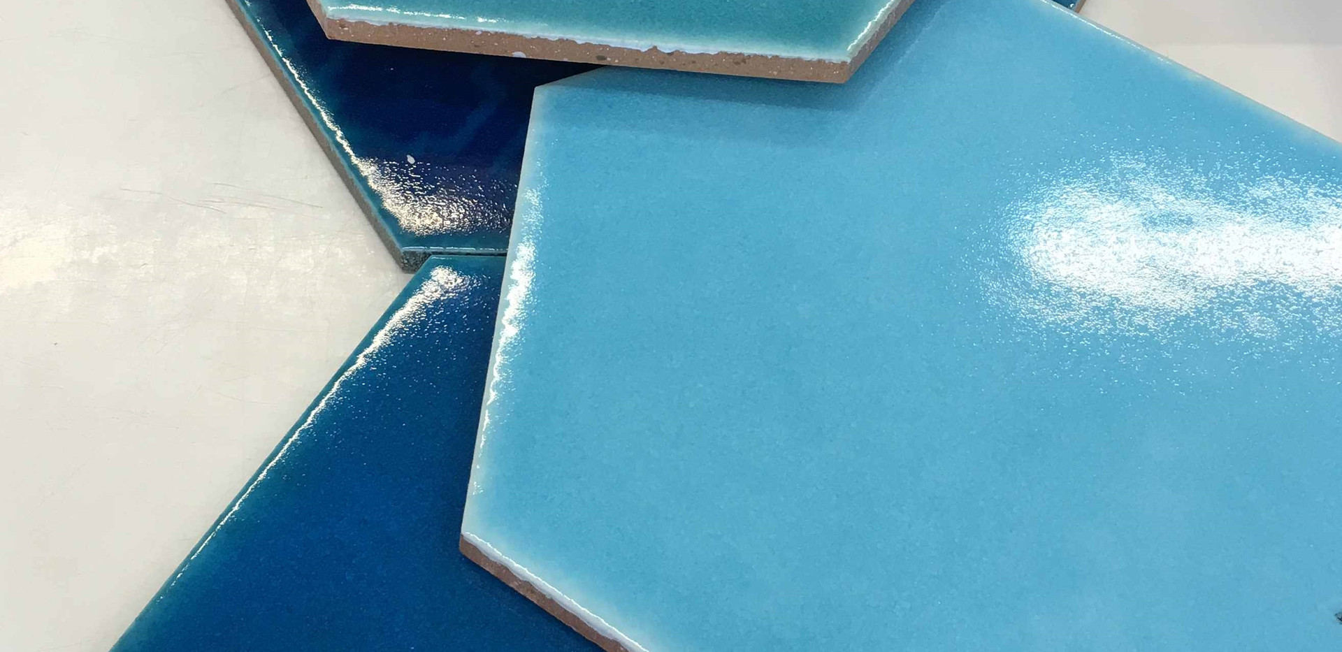 אריחי משושה בגווני כחול לריצוף ולחיפוי