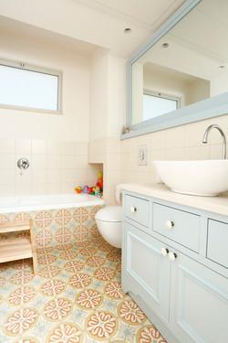 אריחי בטון מצוירים באמבטיה בגווני כת