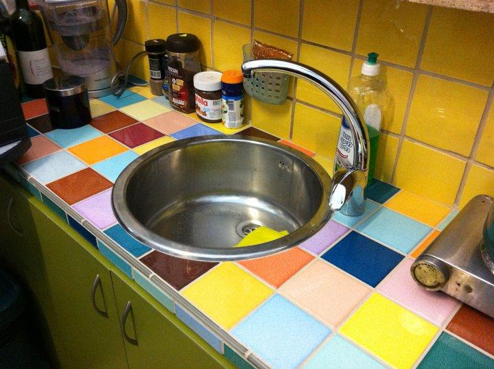 דלפק מחופה אריחים במטבח