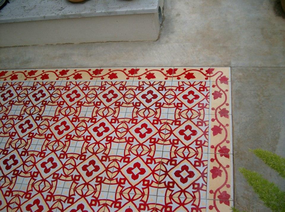 שטיח אריחי קרמיקה מעוטרים בכניסה לבי