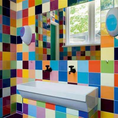 שילוה צבעים ססגוני בקירות חדר רחצה