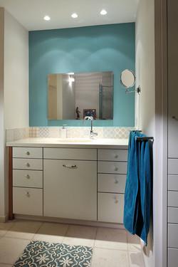 אריחים מצויירים לחיפוי מעל ארון אמבט