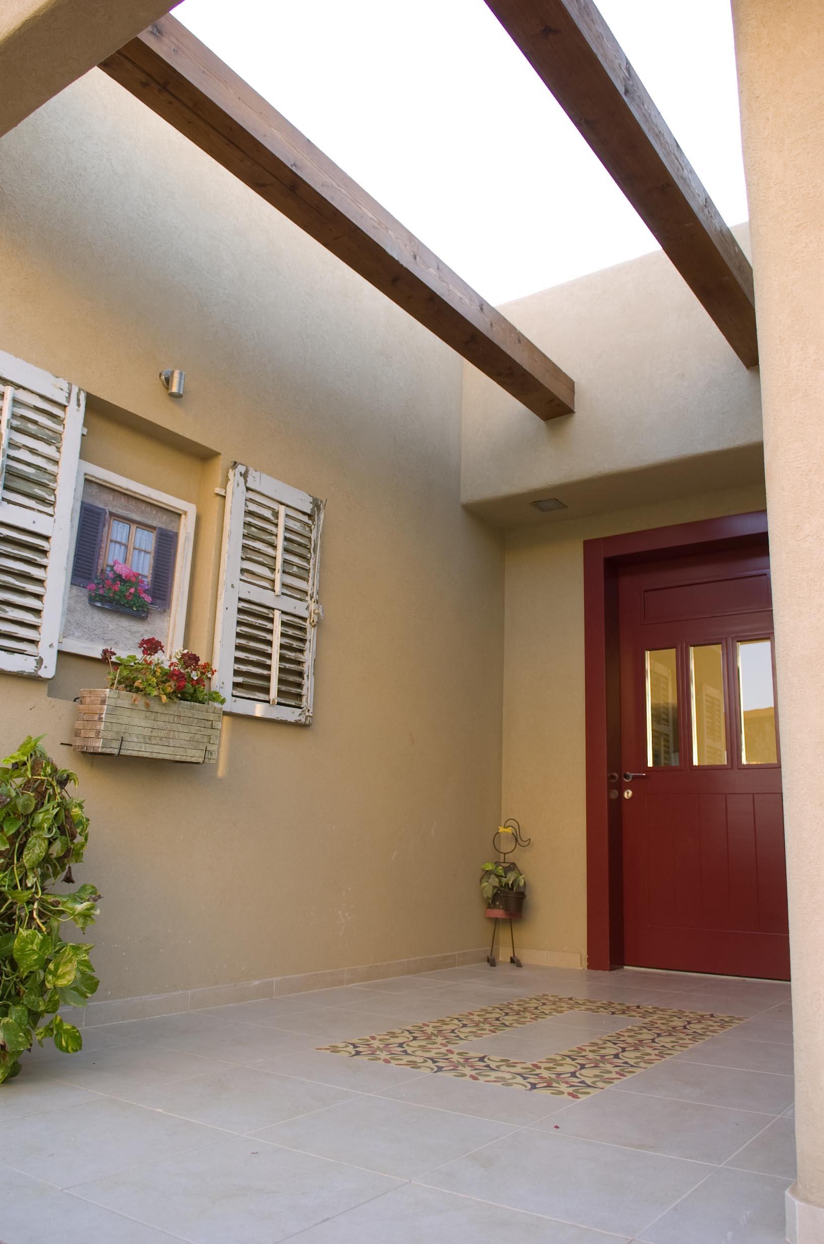 אריחי בטון מעוטרים בכניסה לבית