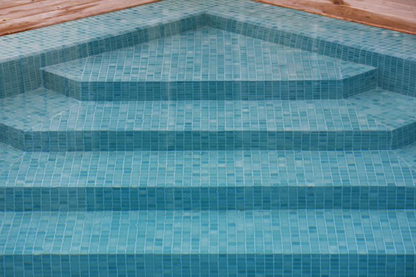 מדרגות לבריכה מחופות פסיפס טורקיז
