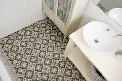 בלטות מצוירות בחדר אמבטיה