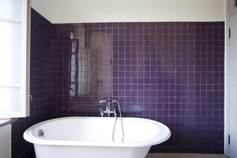 עיצוב חדר אמבטיה בסגול
