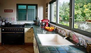 דלפק עבודה במטבח מחופה באריחים