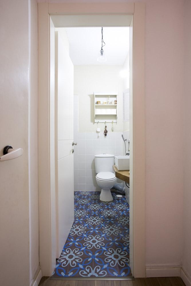 מרצפות מצוירות בחדר אמבטיה