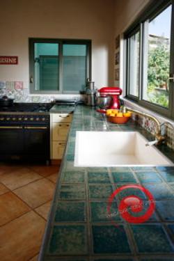 משטח עבודה מחופה אריחים במטבח
