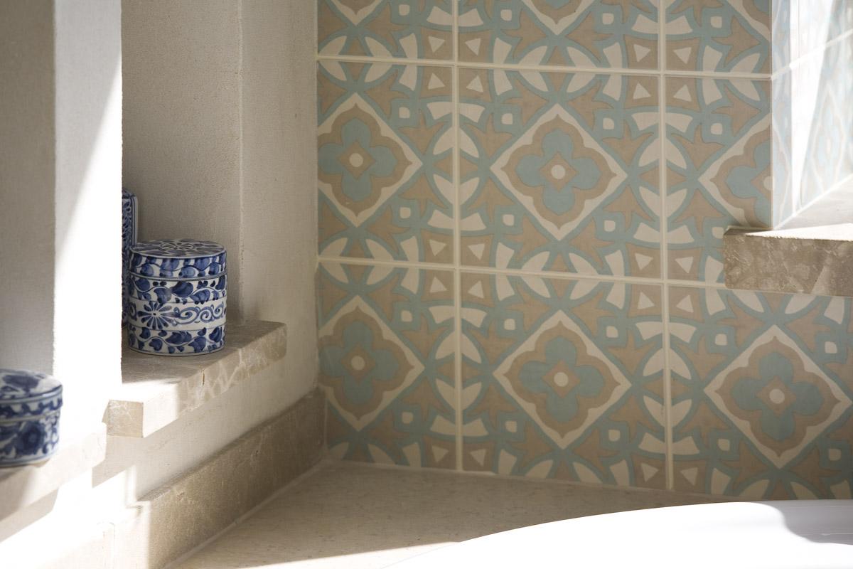 קרמיקה מעוטרת בקיר אמבטיה. אדר' תמר
