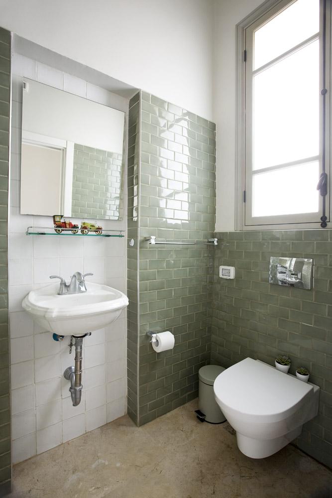 חדר אמבטיה מעוצב בגווני מרווה
