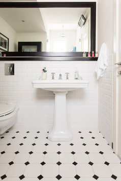 ריצוף חדר אמבט בסגנון אנגלי