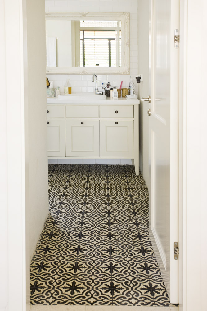 אריחי בטון מצוירים בחדר אמבטיה