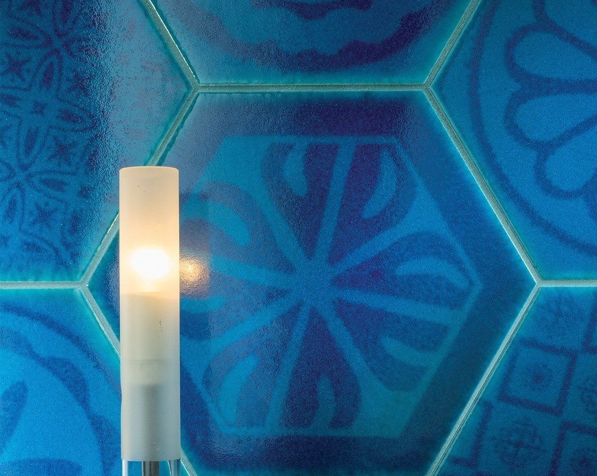 אריחי משושה מעוטרים בגווני כחול