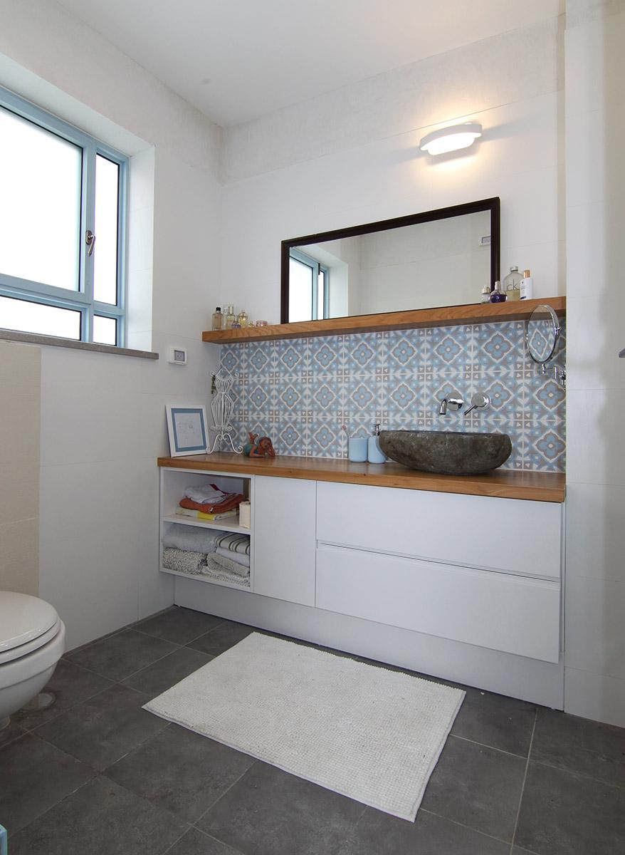 אריחים מצוירים על קיר בחדר אמבטיה