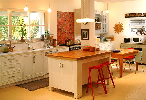 אריחים מעוטרים מעל כיריים במטבח